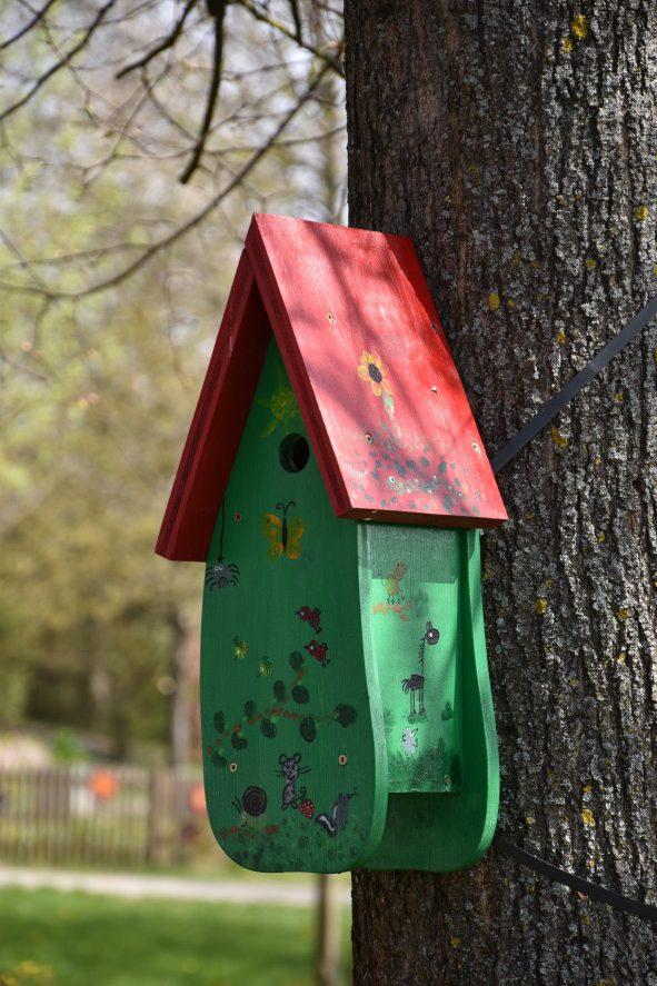 Vogelhäuschen im Schulgarten